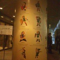 柱の裏側まで、歴代リンクの絵が並ぶ